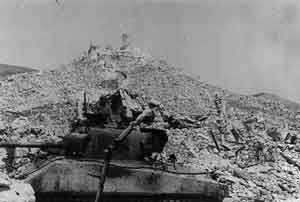 Cassino - dead tank and ruined castle (8949 bytes)